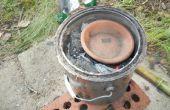 Fundir aluminio en una fundición de carbón de leña