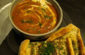 Sopa cremosa de eneldo de tomate con pan plano de queso georgiano
