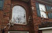 Esqueletos de escalar las paredes de la casa