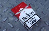 Bolsa con una caja de cigarrillo usados de monedas
