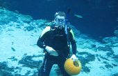 Tallar calabaza bajo el agua.