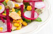 Ensalada de pollo con habas, acelgas y espinacas