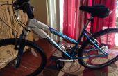 Un U-Lock del montaje en marco de bicicleta de mujer