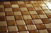 Un tablero de ajedrez de taracea de madera macizo