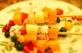 Tarta de queso con brochetas de frutas