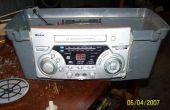 Radio en una caja de cosas de hogar brue redneck