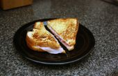 Clásico caliente de jamón y queso con un giro italiano de ajo