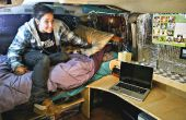 Convertido en dormitorio, con cama y escritorio de van