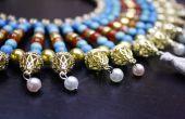 Collar amplio estilo egipcio en oro y piedras preciosas