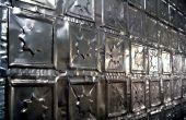 Prensa latas de aluminio en el techo y azulejos de la pared