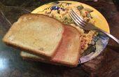 Desayuno de tocino, pan tostado y huevos fácil