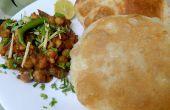 Garbanzos picantes Chole Bhature - Delicious y pan plano frito y soplado
