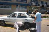 Arreglar un pinchazo - el camino fácil del neumático con un compresor de mini en el maletero del coche