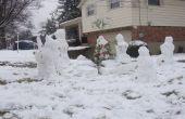 Familia de nieve con perro, árbol de Navidad y regalos