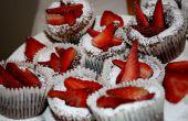 Cupcake chocolate fundido con azúcar y fresas en polvo