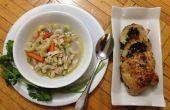 Espinaca, pimiento relleno de pollo y macarrones sopa de pollo