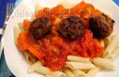 Picantes albóndigas de pollo con salsa de verduras hechos en casa sobre penne de farro