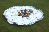 De juguete en una bolsa y tapete de juego