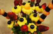 Arreglo en tarro de masón de frutas comestibles