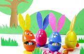 Hacer estos adorables conejitos de plástico huevos de Pascua.