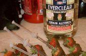 La nueva edad de la fruta y el alcohol.  Chocolate fresas sumergidos inyectados con alcohol.  Perfecto para fiestas, o simplemente quiere divertirse y consumir.