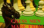 Piezas de ajedrez hechas de concreto.
