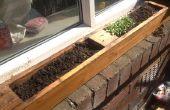 Plantador de la ventana de la vieja plataforma. jardín de hierbas alféizar de la ventana