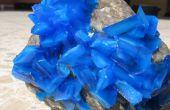 Growing de cristal sobre una roca de sulfato de cobre
