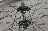 Cómo reconstruir un eje de rueda delantera de bicicleta utilizando herramientas simples