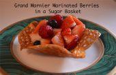 Grand Marnier marinado las bayas en una cesta de azúcar