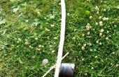 Hacer y tocar un berimbau (instrumento de arco de música brasileña) en un camping