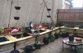 Macetas al aire libre de los barriles de lluvia y paletas