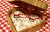 Madera caja con almohadilla del anillo, que también funciona como un alfiletero :)
