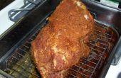 Tiró de cerdo BBQ ahumado en el interior de un fumador de parte superior de la estufa