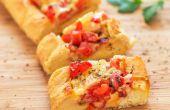 Desayuno el barco con queso, tocino y tomates