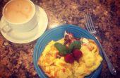 Fresa, albahaca, tortilla de desayuno de queso de cabra