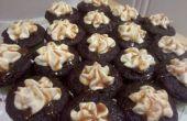 Sal caramelos rellenas Chocolate Cupcakes con glaseado de crema de caramelo salado