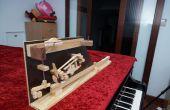 Mano haciendo un modelo de acción de piano de cola