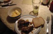 Carne barata y deliciosa ensalada hecha de los huesos del cuello o corvejones de cerdo