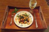 CAMARONES de ajo con jamón serrano, pimiento verde y aceitunas negras