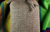 Preciosa botella de agua caliente la tapa de una vieja bufanda de lana