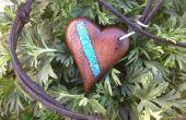 Colgante de corazón con incrustaciones de turquesa de madera
