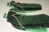 ¿La Simple Mans vagando por sandalias con botellas de plástico