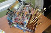 Máquina de escribir antigua reciclada para convertirse en sostenedor del cepillo de pintura