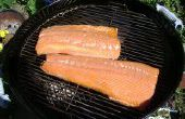 Ahumar salmón sobre una parrilla de carbón de leña
