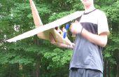 Avión de cartón enorme con hélice que es alimentado por el motor