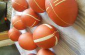 Teñir los huevos de Pascua con bandas de caucho y las pieles de cebolla!