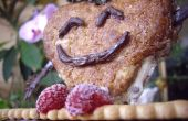 Corazón contento delicioso en un banco de galleta