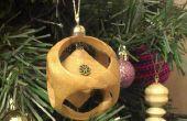 Cubo de madera en una esfera de Navidad adorno de árbol de