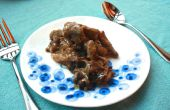 Hígado de res alimentada con pasto con marrón mantequilla cebolla carmelized y secado de ciruelas de California